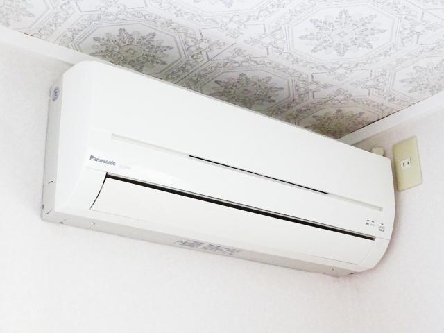 寝るときのエアコンは除湿?冷房?電気代が一番高い機能は?