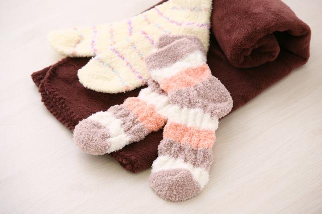 ベッドで寝ると足元が冷える!お布団をかけても寒い!対策は