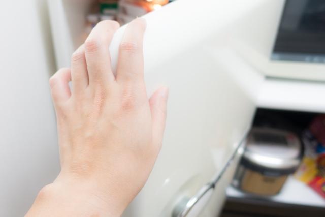 冷蔵庫の下にカビ発見!カビが生える原因は?掃除方法とは?