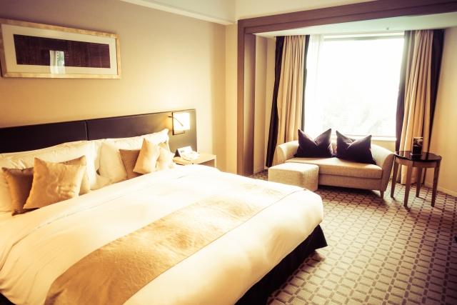 ベッドにサイドテーブルを置けばブログ栄えする寝室に!