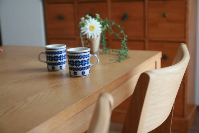 ダイニングテーブル・床には無垢材?天板や床の厚みにも注目