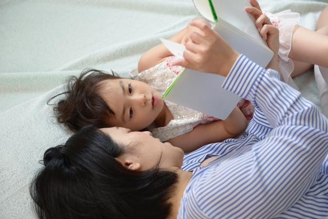 子どもの睡眠には絵本がおすすめ!眠りを誘う人気の絵本紹介