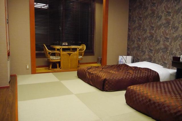 これぞ和モダン!和室にベッドを置いてホテルのような空間に