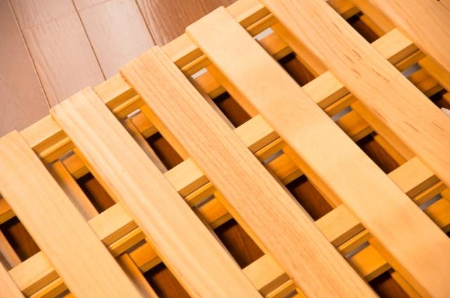 すのこのベッドの四つ折りはカビ対策と多機能性が魅力!