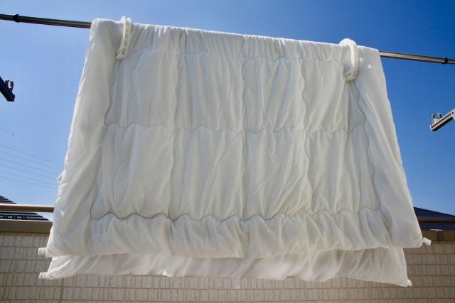 お布団の正しい干し方とは?雨上がりには湿気対策を万全に!