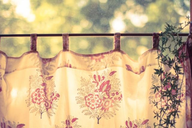カラーボックスに可愛いカーテンを!使い勝手の良い付け方