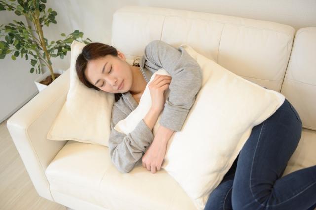 枕とクッションの違いはどこ?兼用すると身体に問題がある?