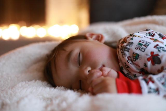 赤ちゃんの理想的な睡眠とは?寝るとき電気は消すべき?
