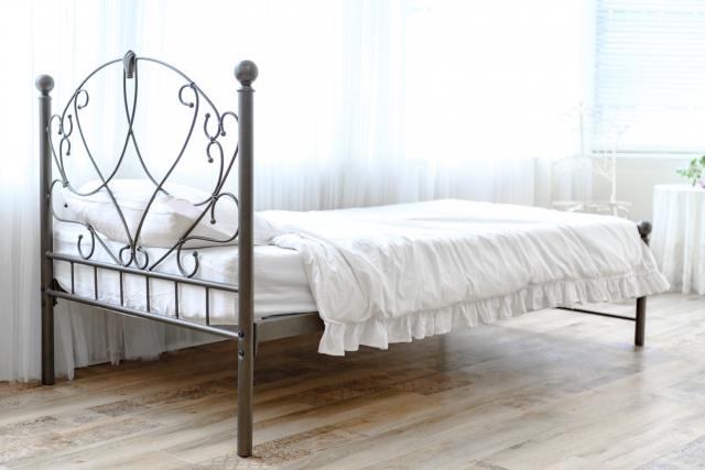 カラーで変化!アイアンベッドで寝室を好みのインテリアに!
