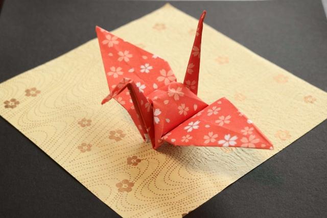 どうして鶴が?ホテルのベッドの上に折り鶴がある意味とは
