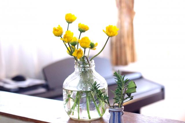 インテリアに花をプラスしてリビングを華やかで癒しの空間に